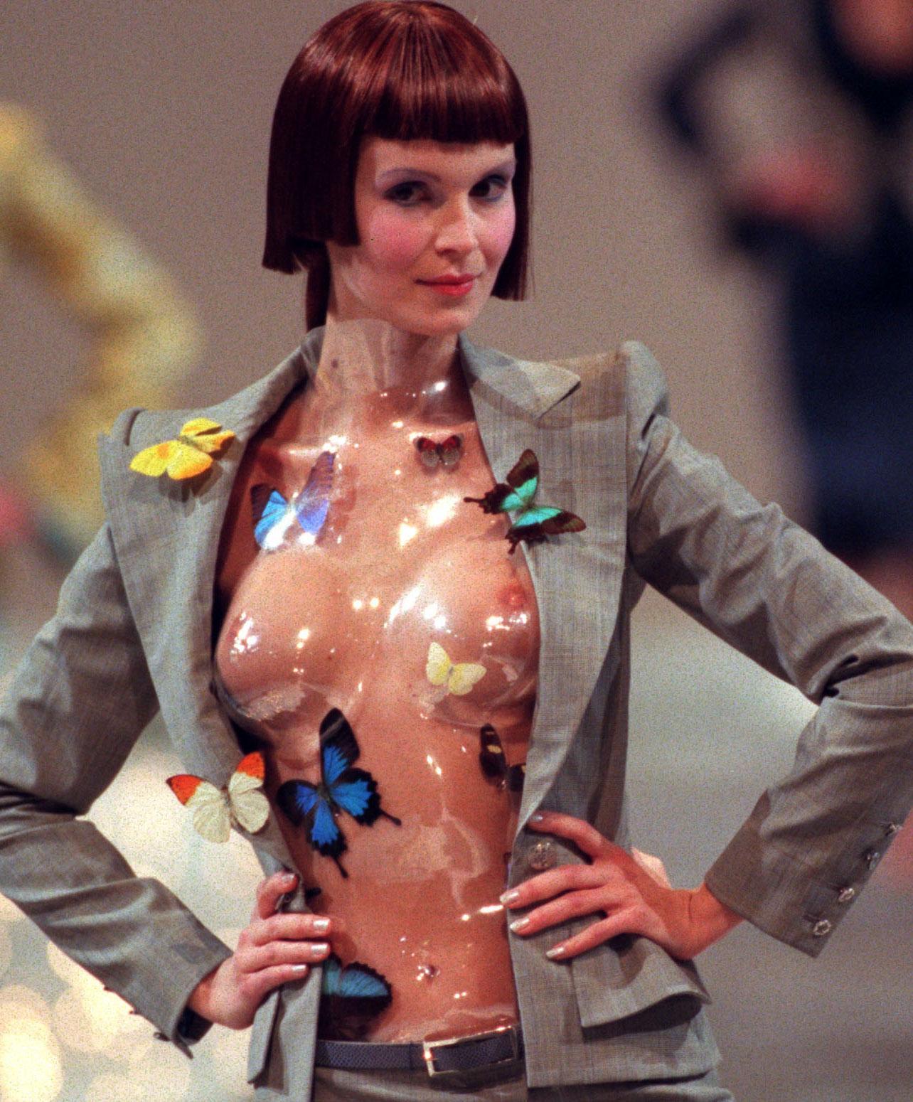 Alexander McQueens samarbete med Givenchy blev hårt kritiserat. Så här såg det ut på catwalken 1998.
