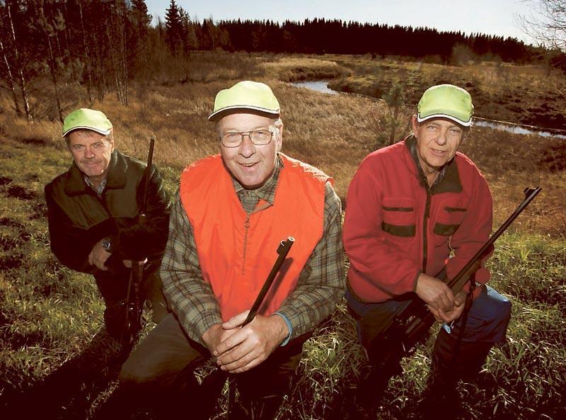 SKARPSKYTTAR Malungs jaktvårdskrets i Dalarna sköt 667 älgar förra året. Från vänster Inge Persson, Bo Olsson och Christer Larsson.