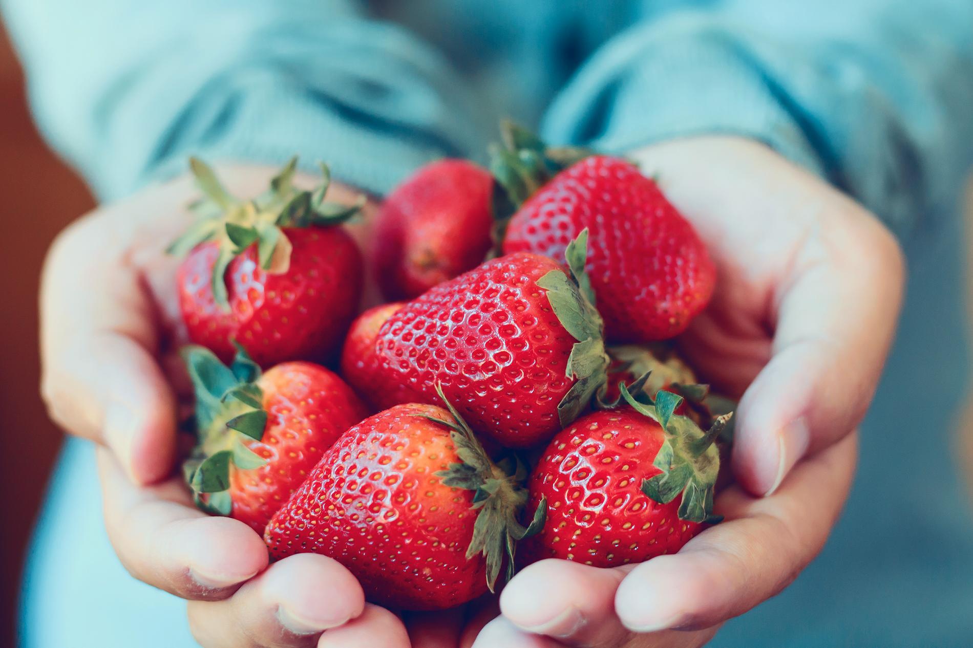Garnera drinken med en jordgubbe eller limeskiva.