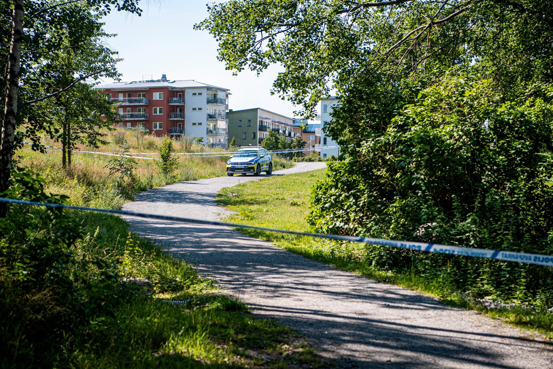 Polis på plats vid skogspartiet mellan Hässelby och Vällingby.