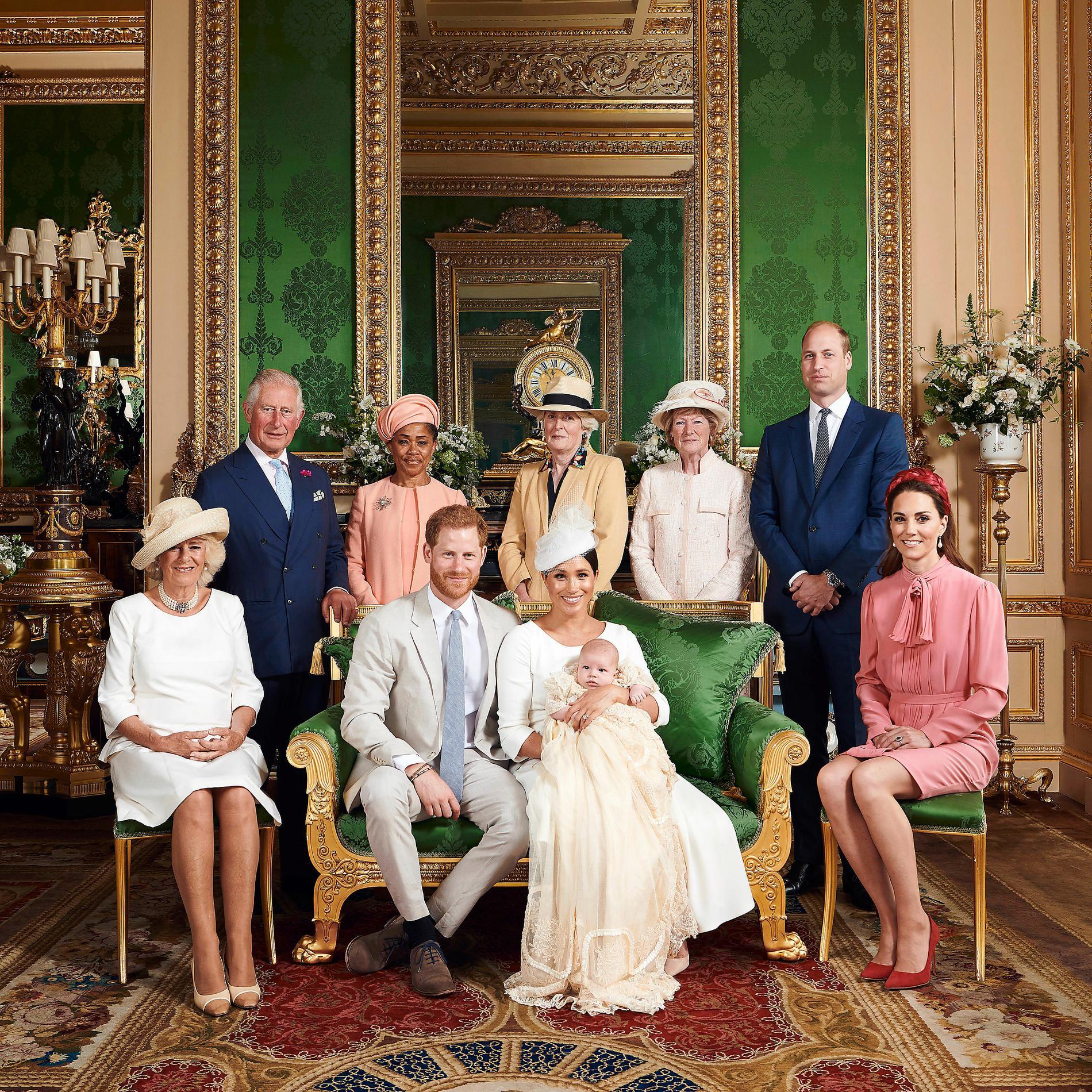 Förra gången: Harry, Meghan och lille Archie tillsammans med delar av släkten. Prins William och Kate, prinsessan Dianas systrar, farfar prins Charles och Camilla samt Meghans mamma Doria Ragland.