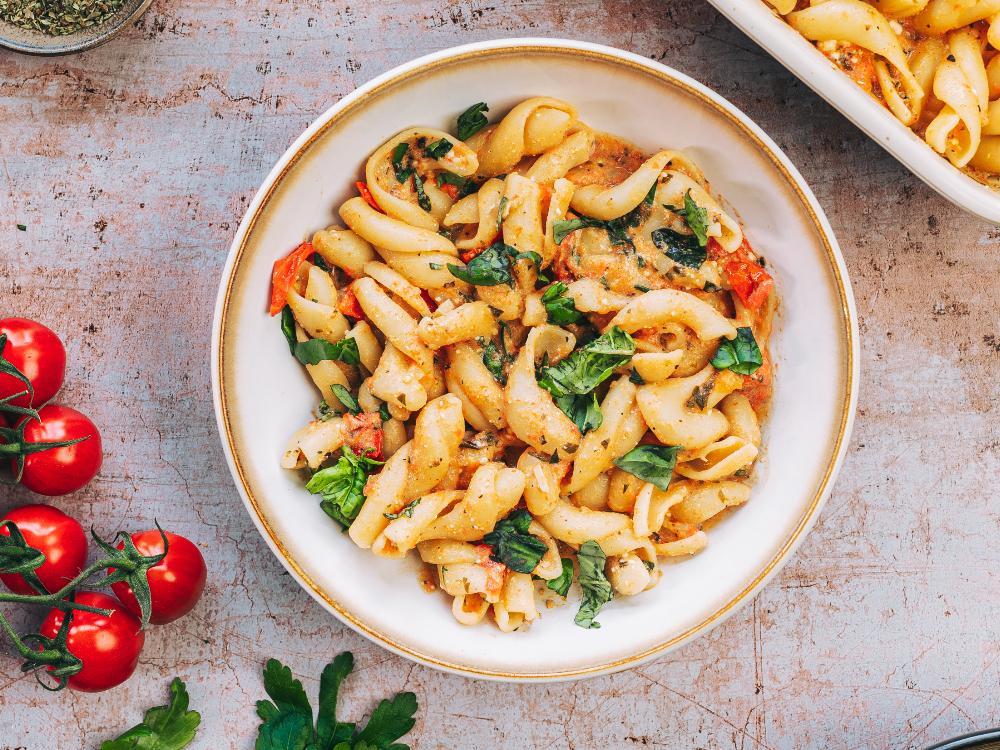 Ugnsbakad fetaost med pasta och tomater