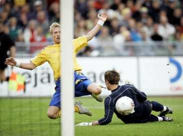 """chipp, chipp, hurra! Christian Wilhelmsson var en av svenskarna som bjöd upp till gladfotboll - och målfest. """" """", skriver Sportbladets krönikör Lasse Sandlin."""