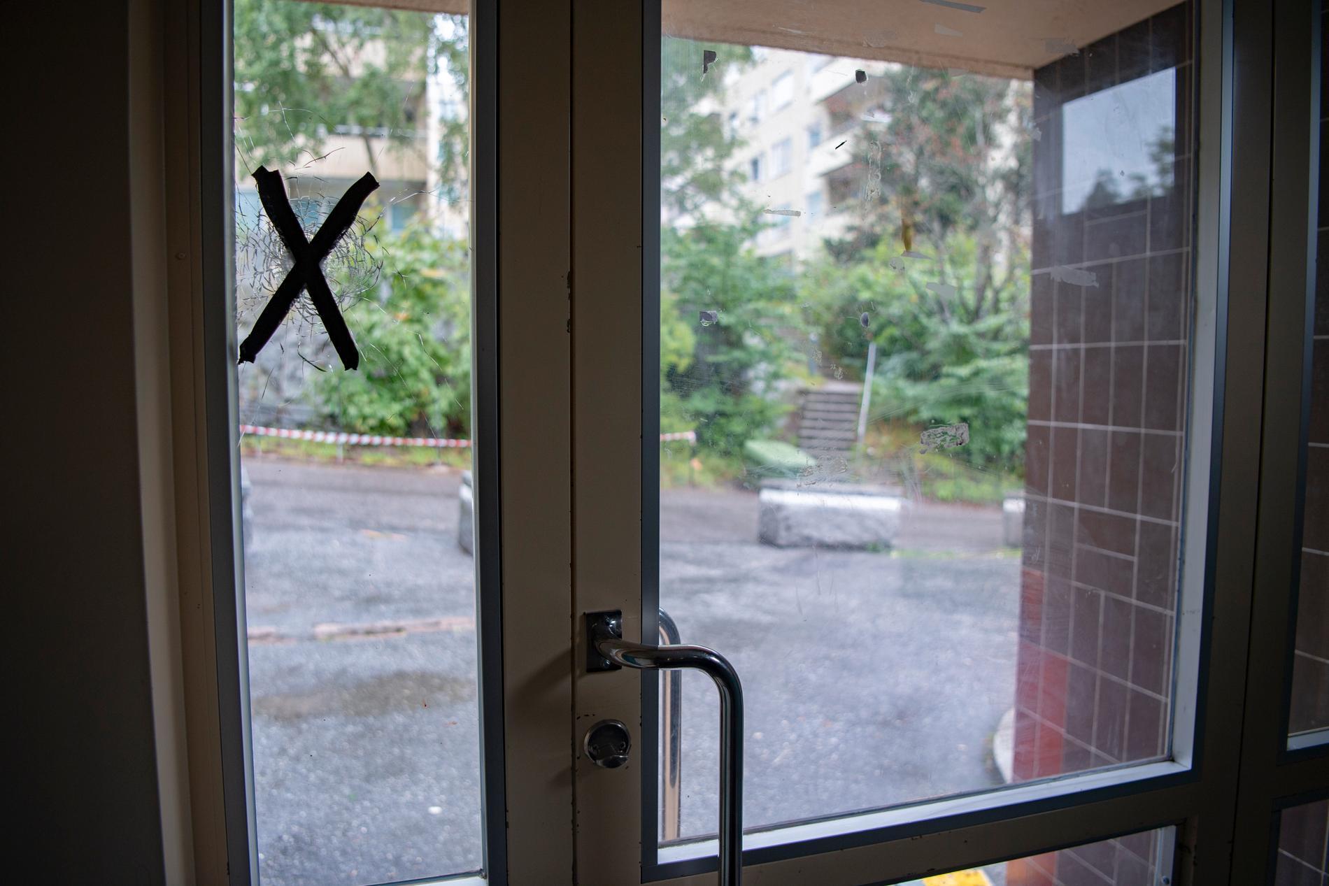 Man har tejpat där kulan träffat fönstret i dörren.