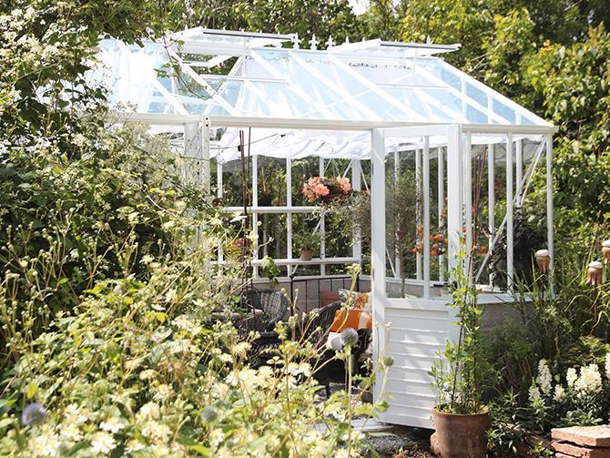 Många drömmer om ett stort växthus, men det behöver inte vara så komplicerat. Gör ett miniväxthus, i stället. En gammal fönsterruta som du bara ställer ner över pallkragen hjälper växterna på traven på vårkanten.