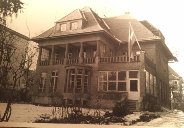 Carl-Gustaf Svingels vilohem för äldre, Haus Victoria, blev en viktig neutral mötesplats för makthavare från öst och väst. I källaren fick flyktingar från DDR bo tills de hittade en ny tillvaro i väst.