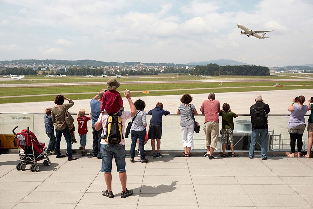 På Zurich flygplats finns stora terrasser ut mot landningsbanan för alla flygentusiaster.