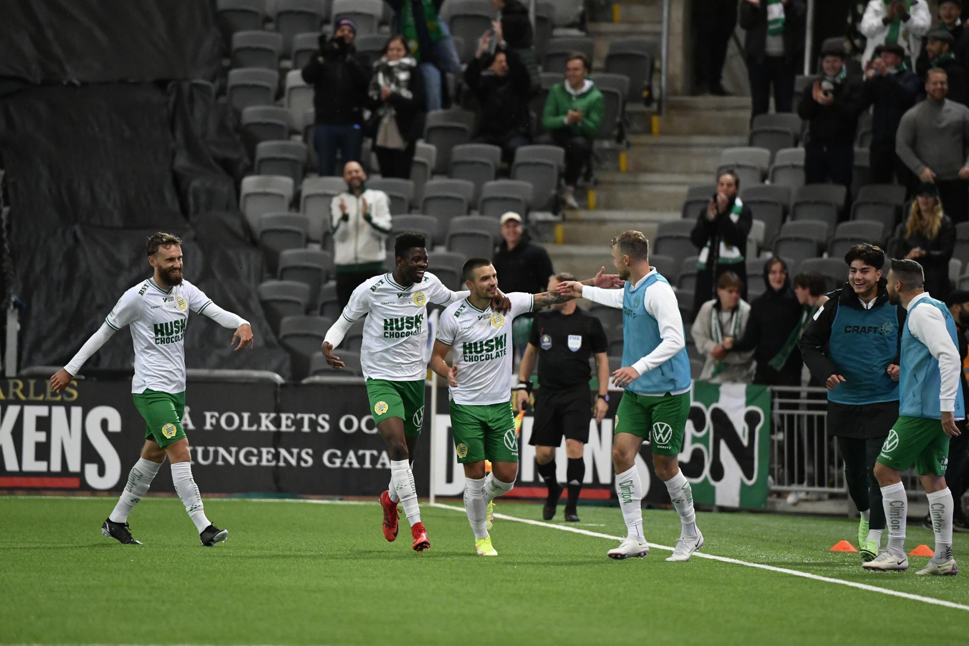 Hammarbys Vladimir Rodic (mitten) jublar efter sitt 3-0-mål.