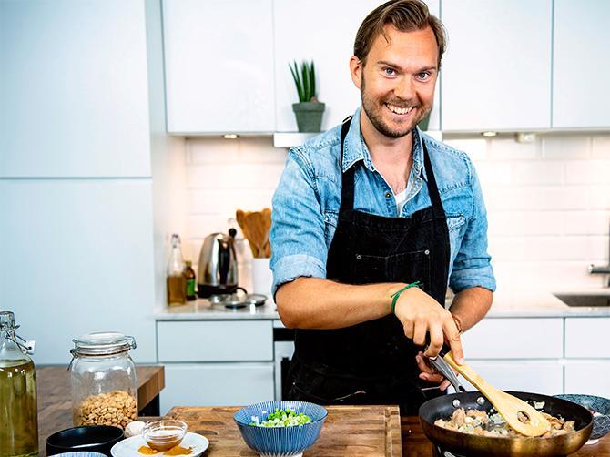 """""""Jag ska försöka veganisera världens 500 godaste rätter"""", säger matbloggaren Gustav Johansson."""
