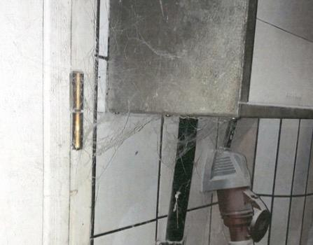 Spindelväv och smuts.
