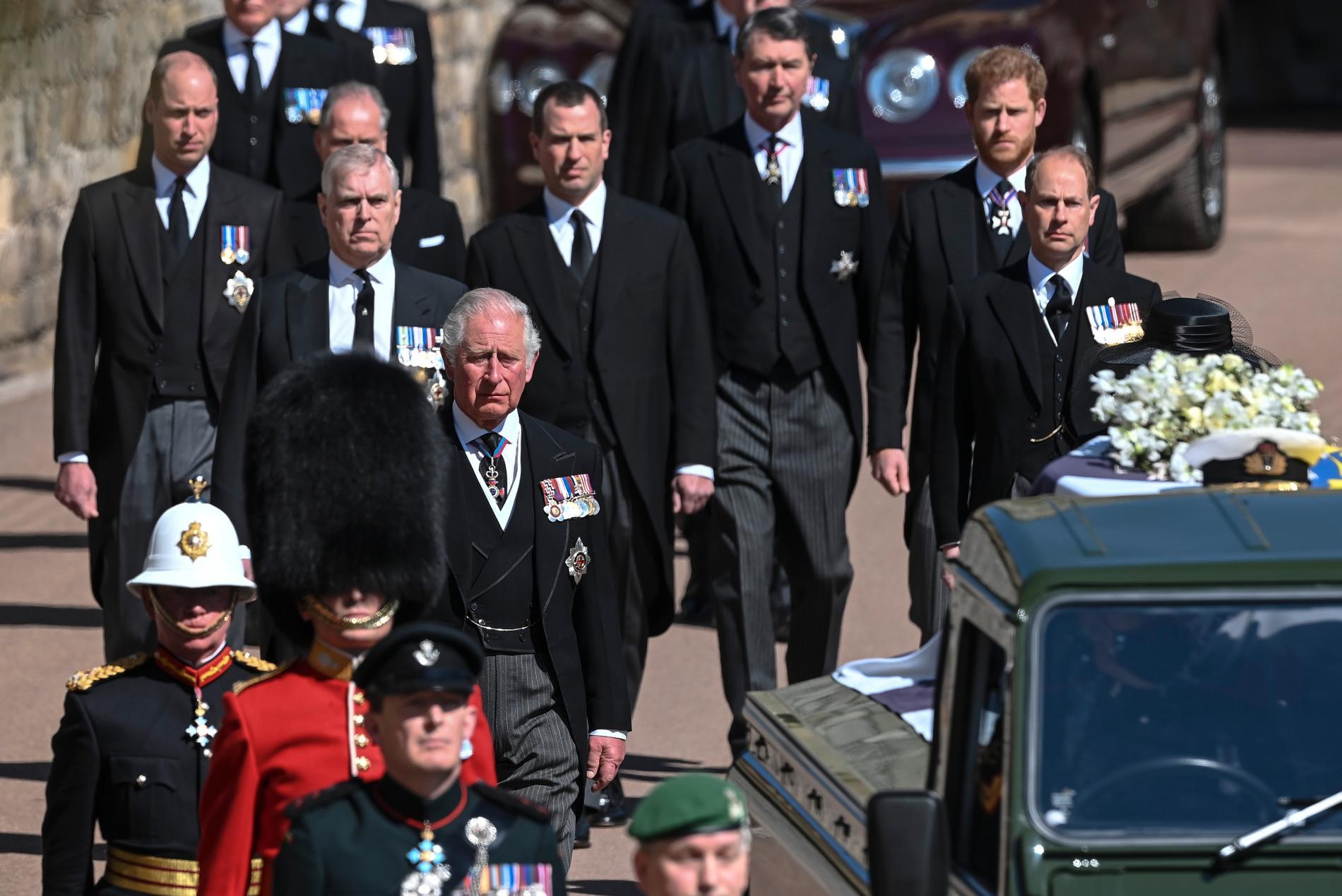 De brittiska kungligheterna, prins Philips familj, promenerade efter den specialgjorda Land Rover som förde kistan till kapellet.