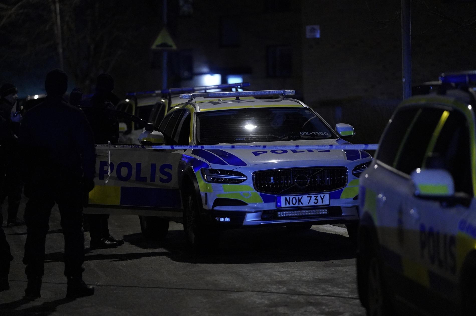 Tre person har förts till sjukhus efter det misstänkta våldsbrottet.
