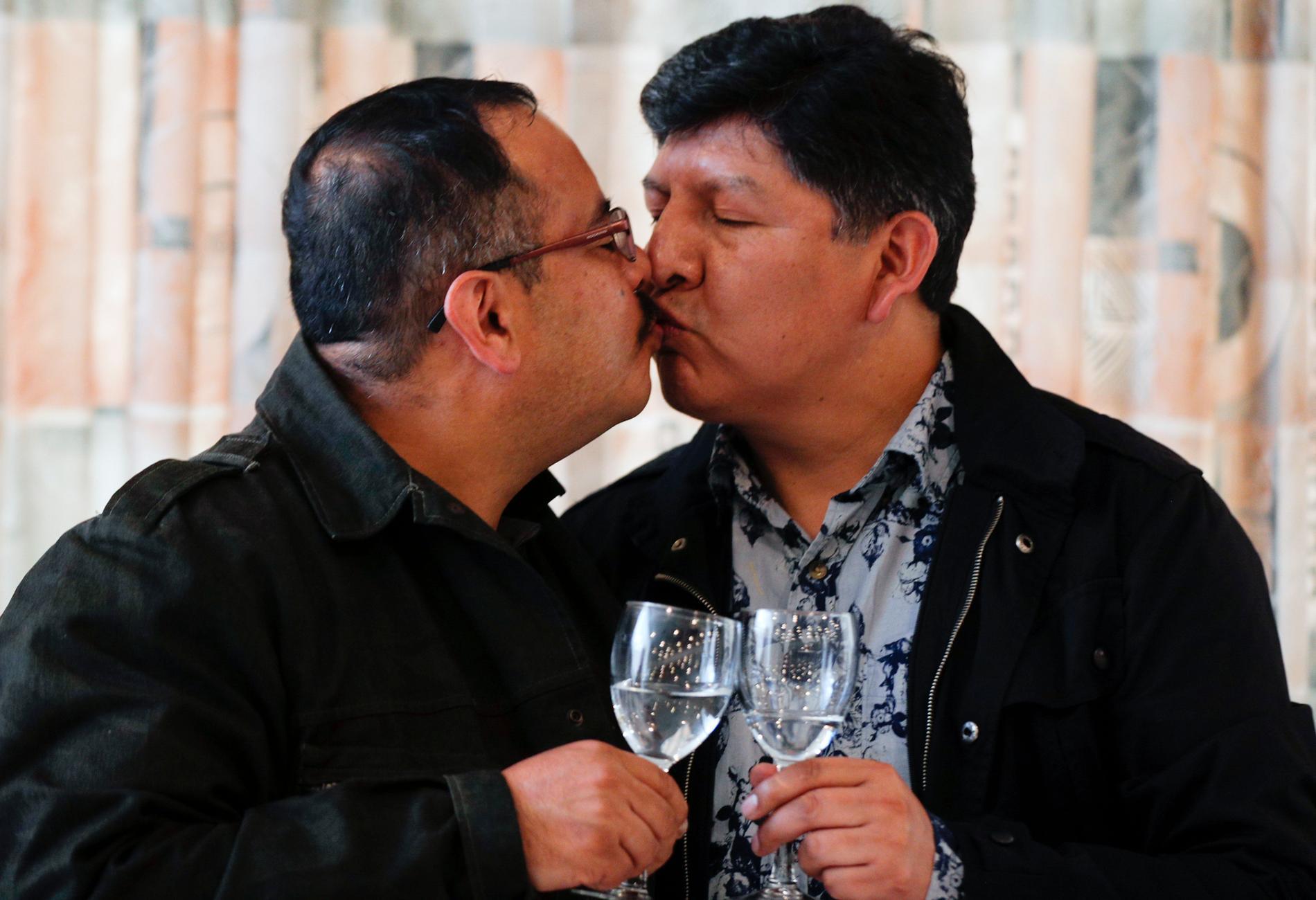 Guido Montano och hans David Aruquipa firar att de nu kunnat ingå partnerskap i Bolivia.