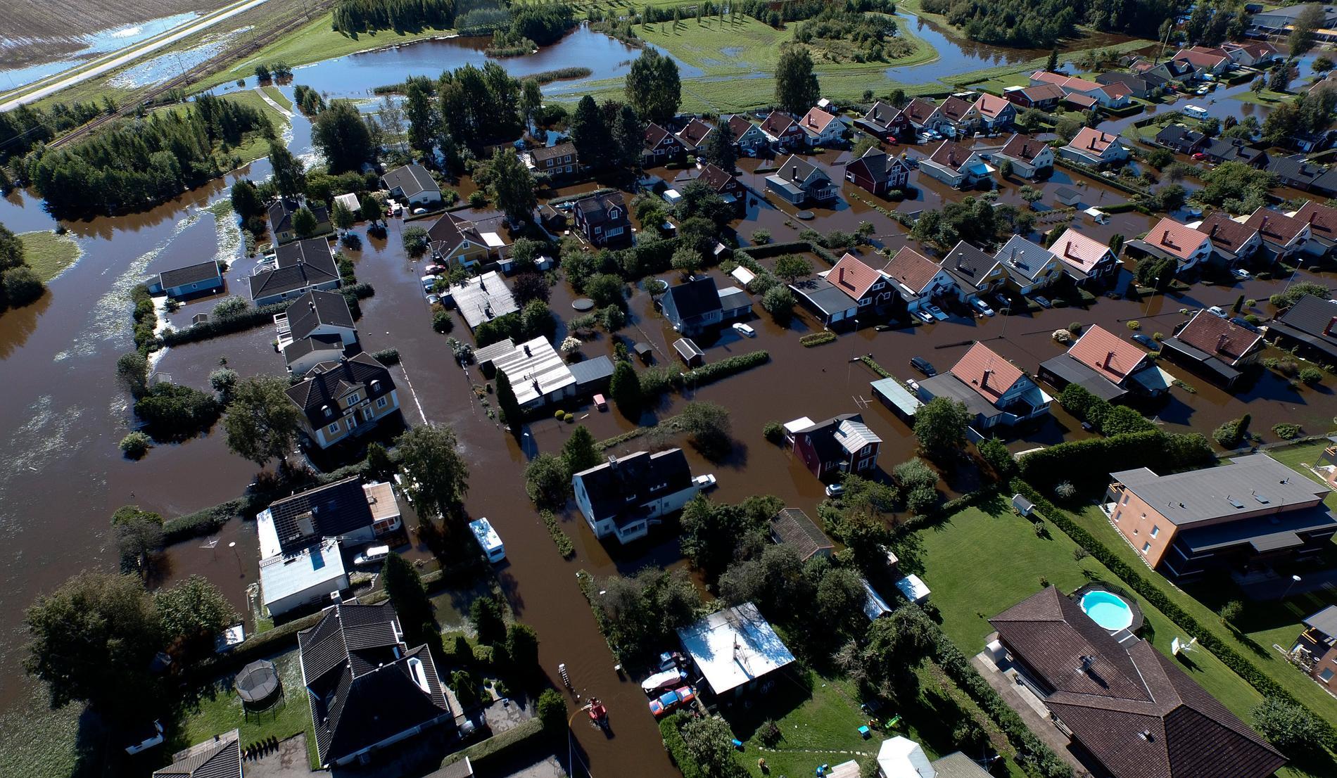 När SMHI varnar för stora regnmängder kan du som bor i ett utsatt område täta källarfönster och ventiler, lyder uppmaningen från räddningstjänsten. Arkivbild