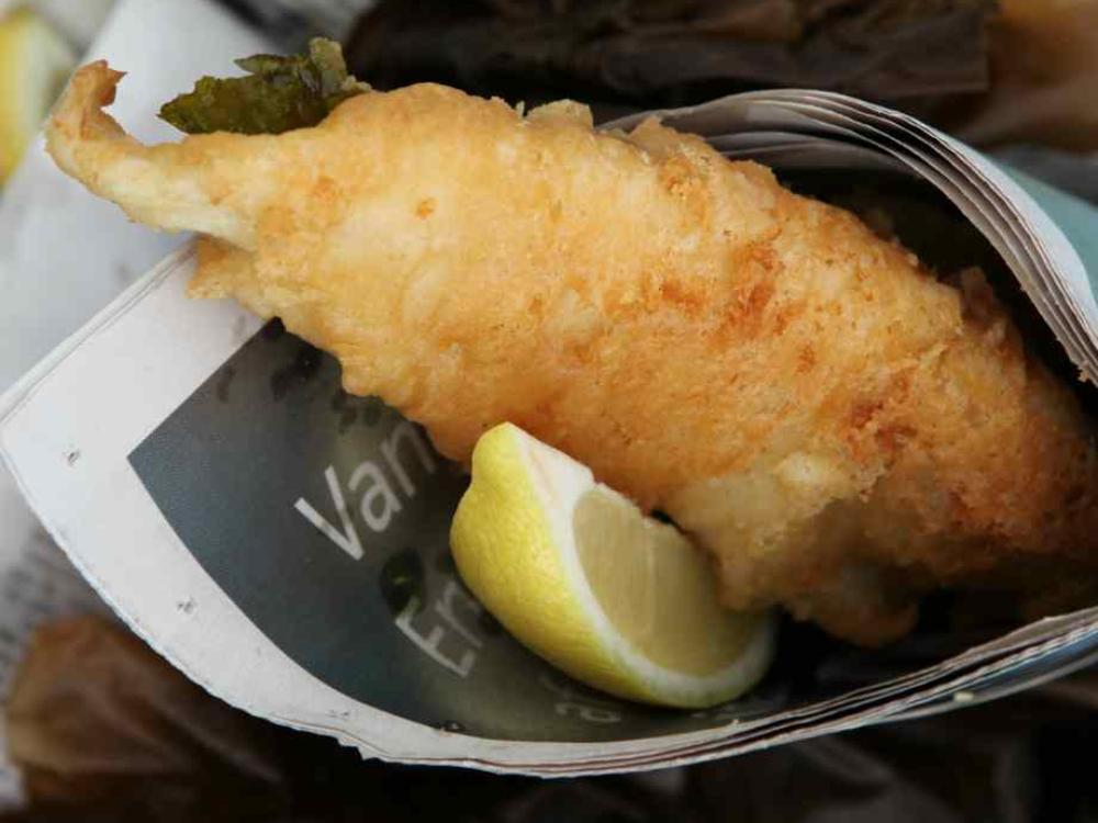 Frasig fisk med pommes och remouladsås är så otroligt gott.