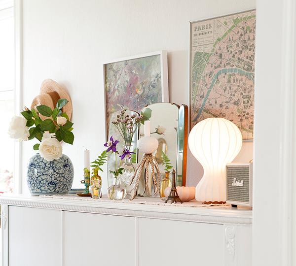 Överallt i hemmet har Victoria skapat vackra stilleben. Den blå urnan från Sävedalens blommor och oljemålningen är arvegods. Lampan Gatto är från Flos och högtalaren från Marshall. Bläckfiskljusstaken är från Artilleriet och Parispostern från Reformasthlm.