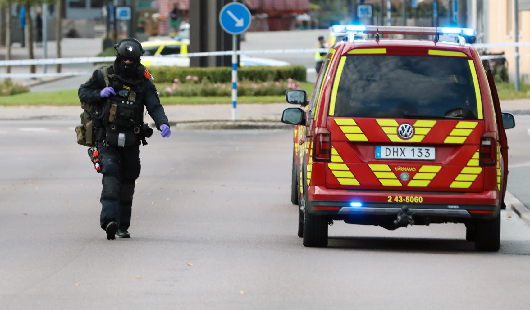 Polisens bomtekniker undersöker området i Värnamo där explosionen skedde.