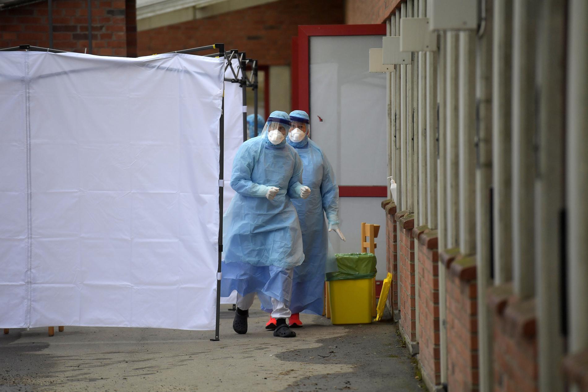 Utanför smittskyddskliniken vid Huddinge sjukhus i Stockholm har tält satts upp för provtagning av coronaviruset covid-19.
