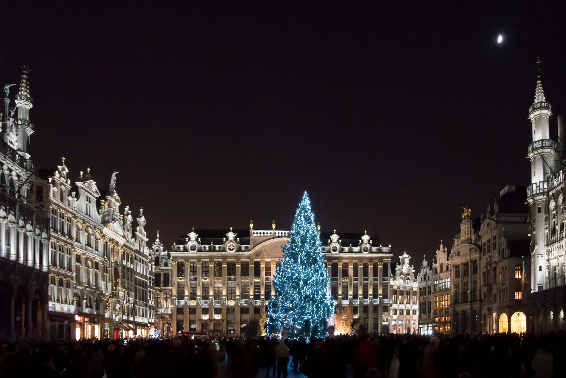 Julmarknaden på Grand-Place i Bryssel erbjuder en imponerande ljusuppvisning.