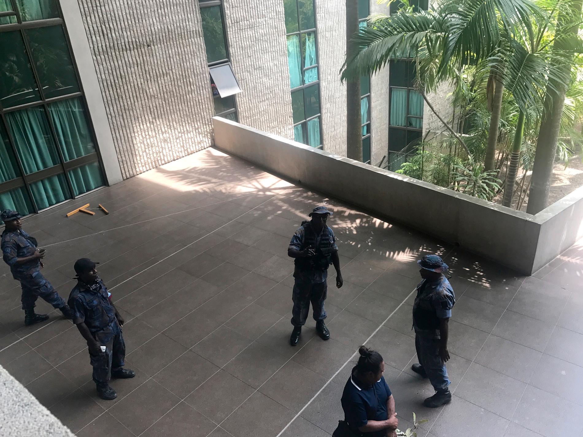 Missnöjda poliser och soldater utanför parlamentet i Port Moresby.