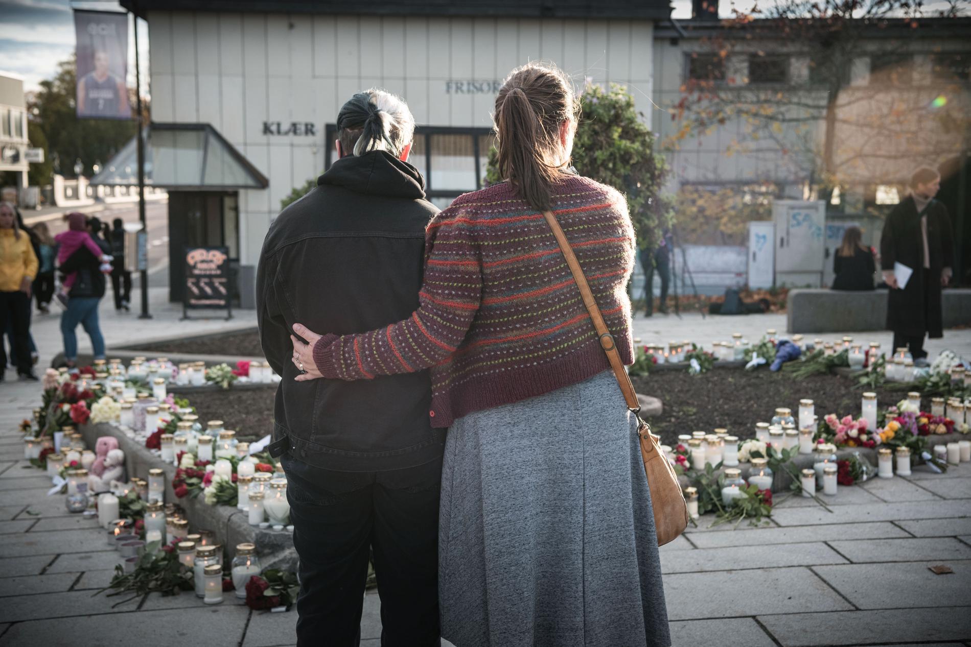 Många i Kongsberg har slutit upp för att sörja tillsammans under hela dagen.