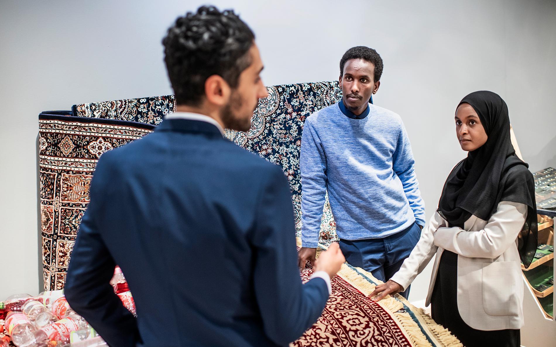 Entreprenören Kalo Orfali berättar om sina mattor som är tillverkade av återvunnen plast för politikern Mohamed Nuur (S) och en av Bridges grundare, Deqa Abukar.
