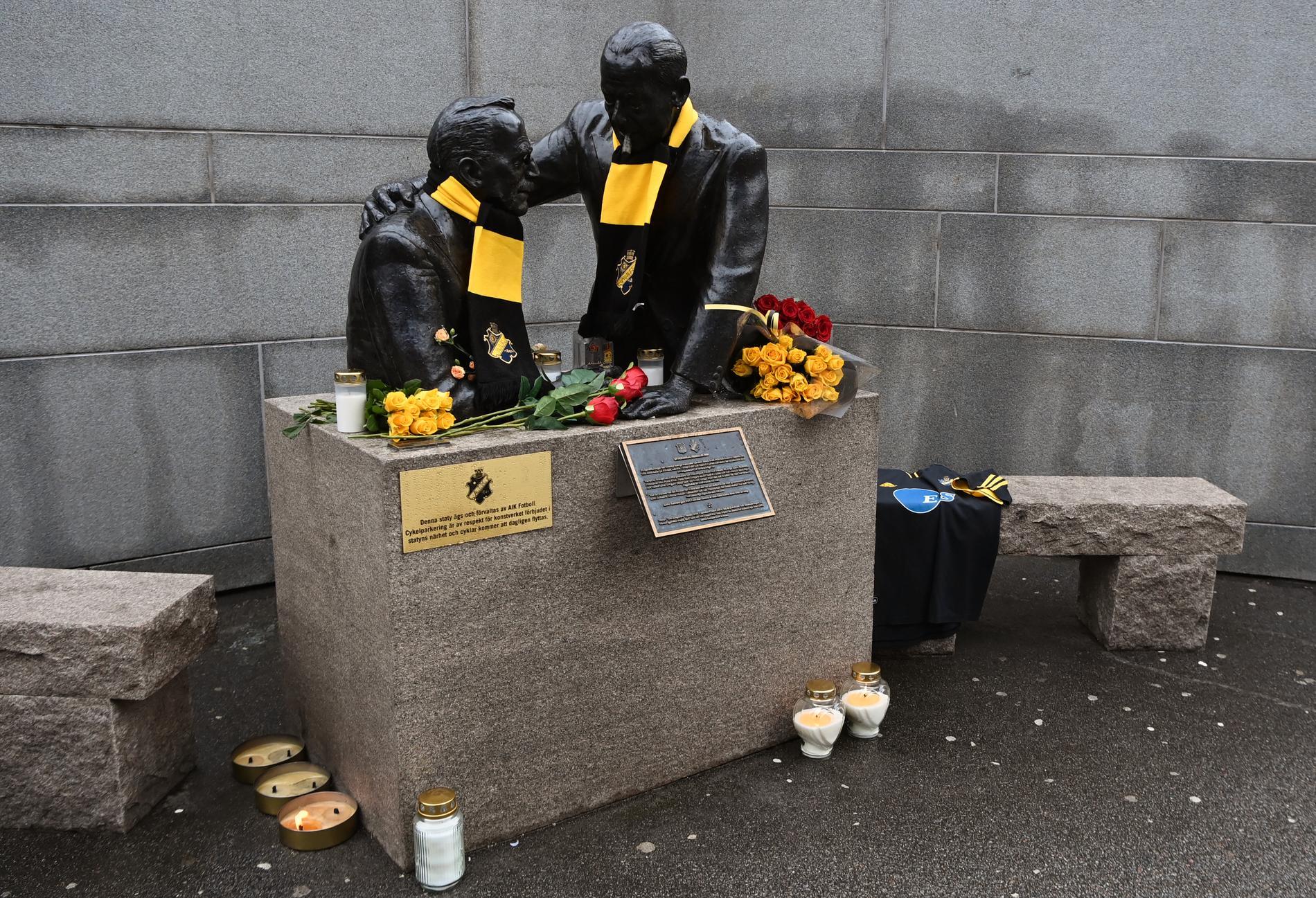 Blommor och hyllningar vid Friends Arena, AIK:s hemmaarena.