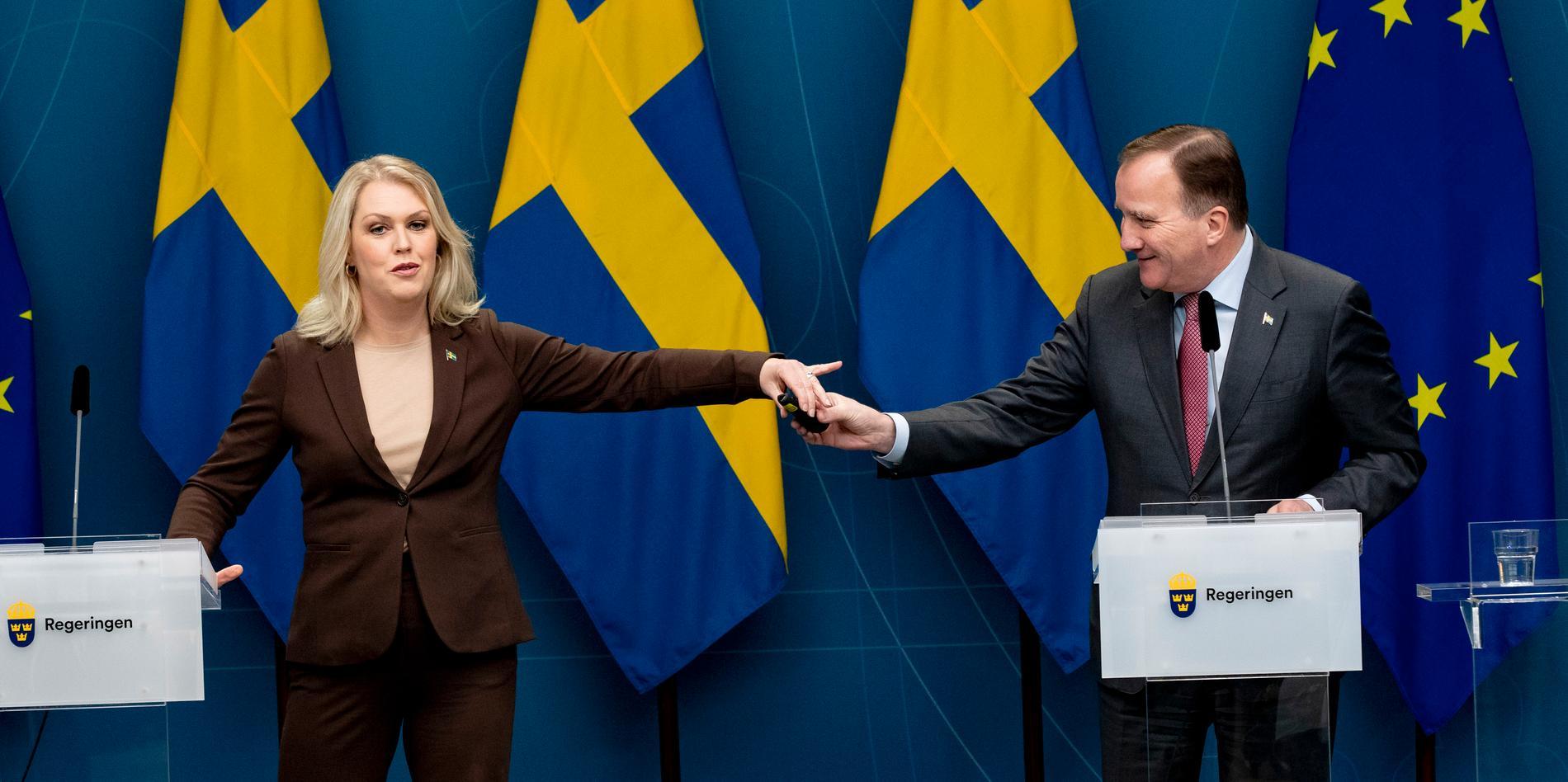 Socialminister Lena Hallengren och statsminister Stefan Löfven fick tung kritik av Konstitutionsutskottet i riksdagen idag för sin hantering av coronakrisen. Men KU menar också att merparten av regeringens arbete har fungerat väl.