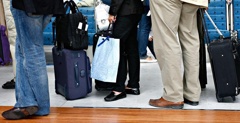 Kontrollera med ditt flygbolag vilken storlek handbagaget måste ha.
