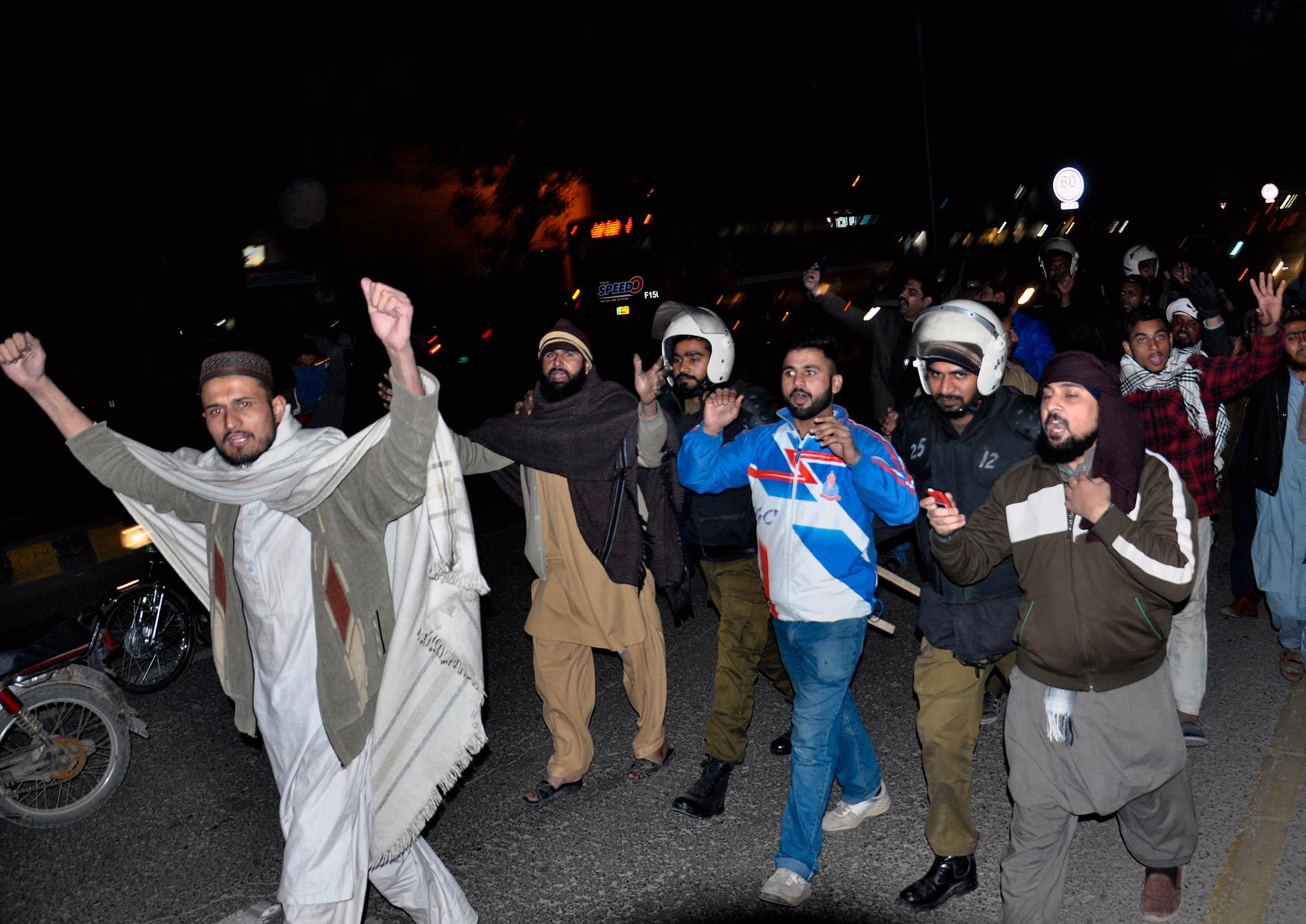 Pakistansk polis griper demonstranter i Lahore efter domen i Högsta domstolen.