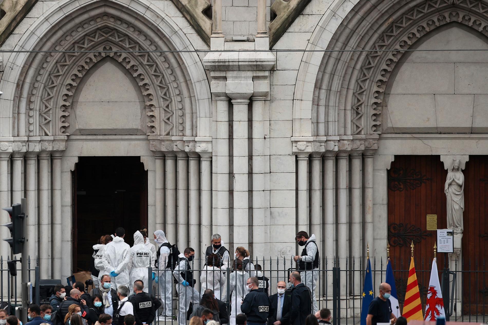 Vid 9-tiden på torsdagsmorgonen attackerade en man flera personer i Notre Dame-katedralen i Nice.