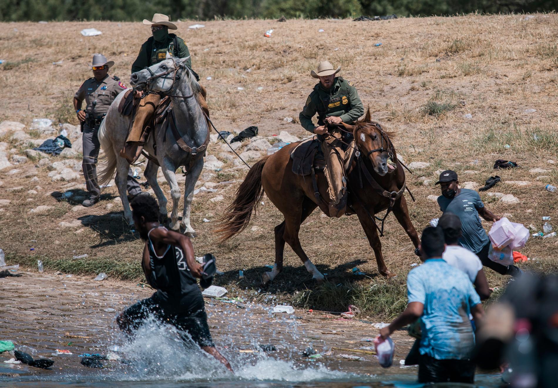 Ridande gränspolis föste bort migranter vid Rio Grande-flodens strand i Texas. Nu får de svidande kritik av president Joe Biden.