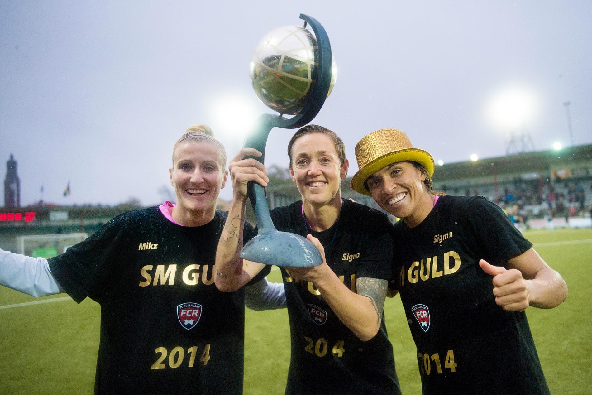 Rosengårds Anja Mittag, Therese Sjögran och Marta med SM-pokalen.