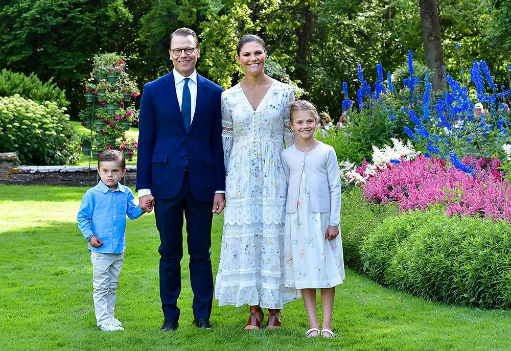 Prins Oscar, prins Daniel, kronprinsessan Victoria och prinsessan Estelle vid Solliden slott på Öland 2020.