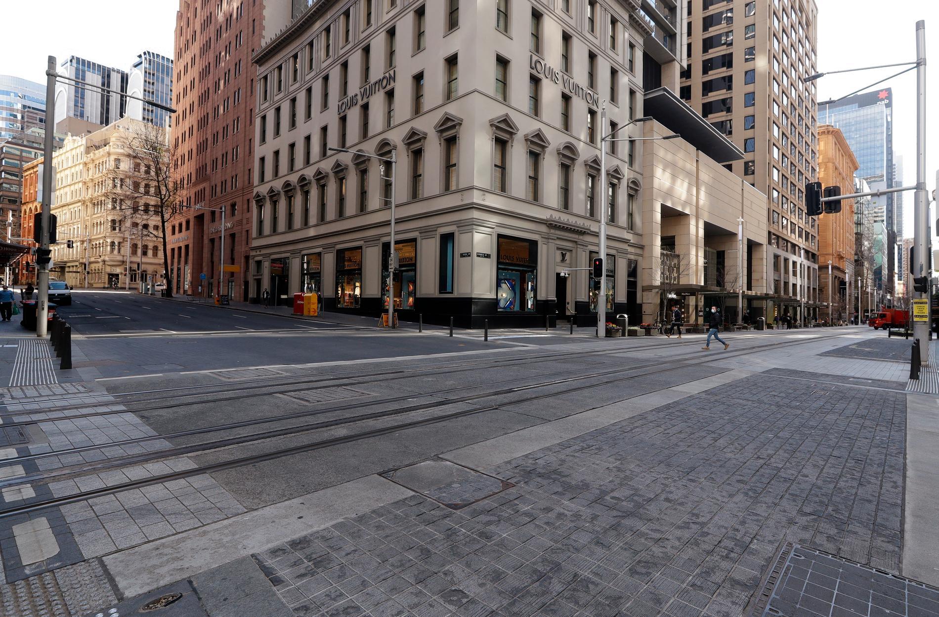 En öde gata i centrala Sydney. I Australiens tre största städer – Sydney, Melbourne och Brisbane – råder strikta restriktioner. Arkivbild.