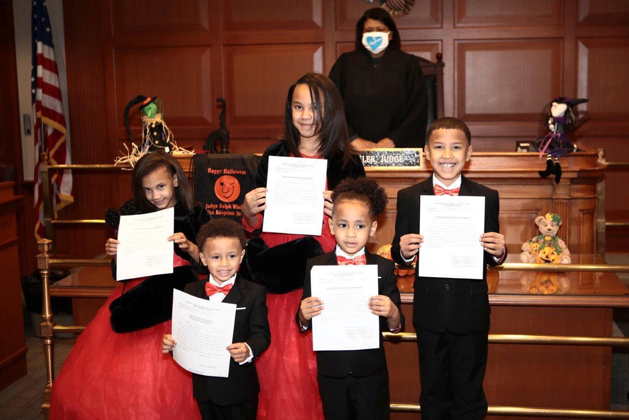 Nu är Robert pappa till Marionna, 10, Robert Junior, 9, Makayla, 8, Giovanni, 5, och Kiontae, 4 – och på den stora dagen hade alla matchande röda kläder.