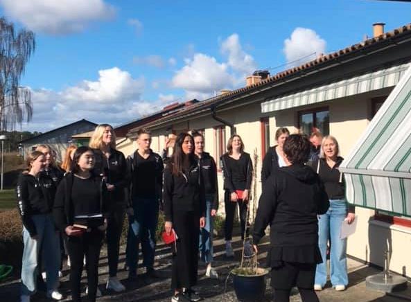 Ungdomskören i Åhus spred glädje bland äldre genom att sjunga.
