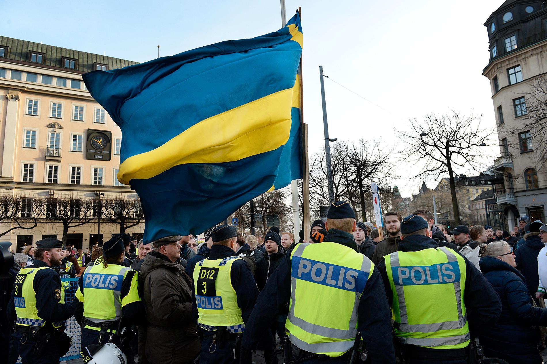 Högerextremister demonstrerar på Norrmalms torg i Stockholm.