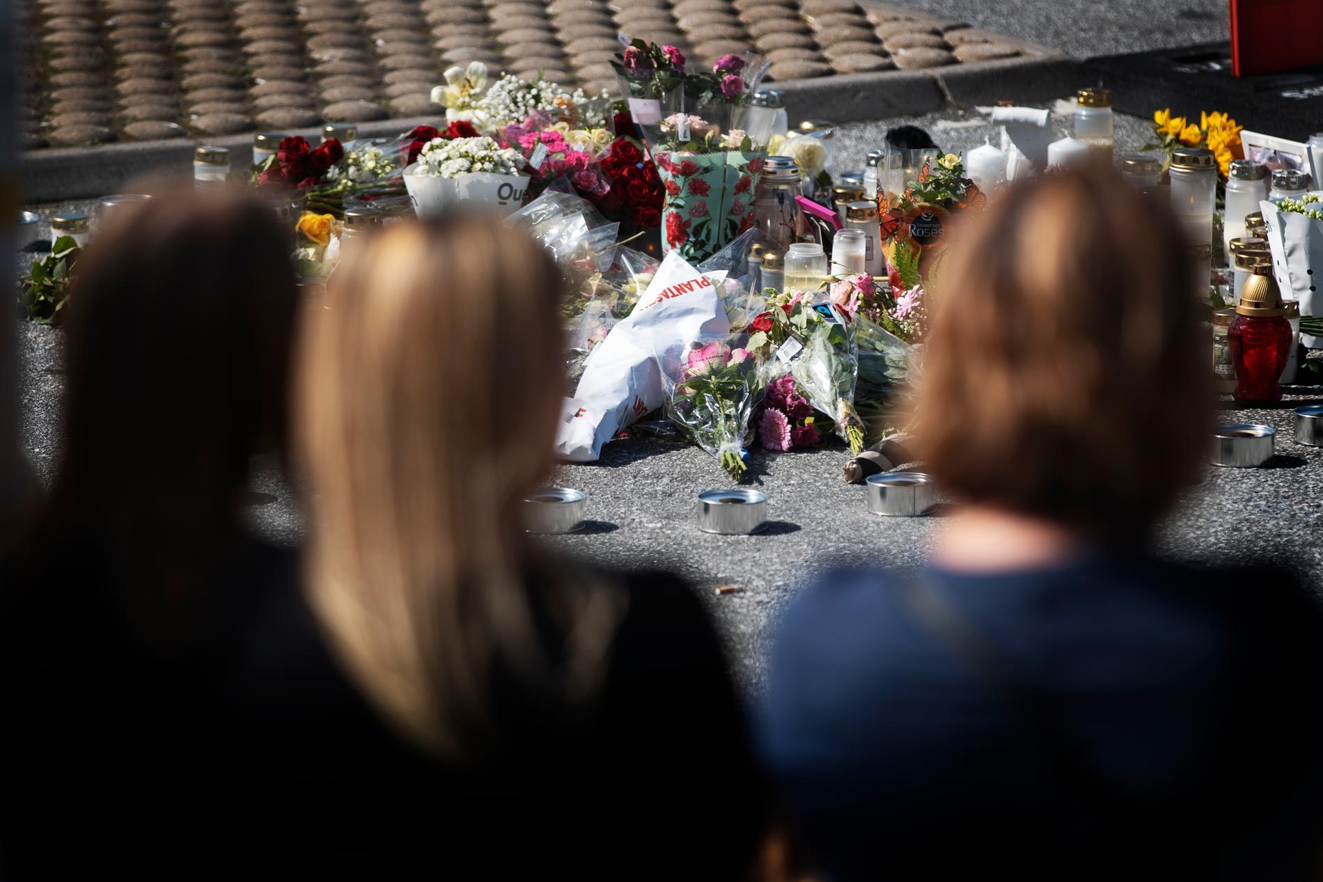 Många har lämnat blommor och ljus på platsen där 12-åringen sköts ihjäl.