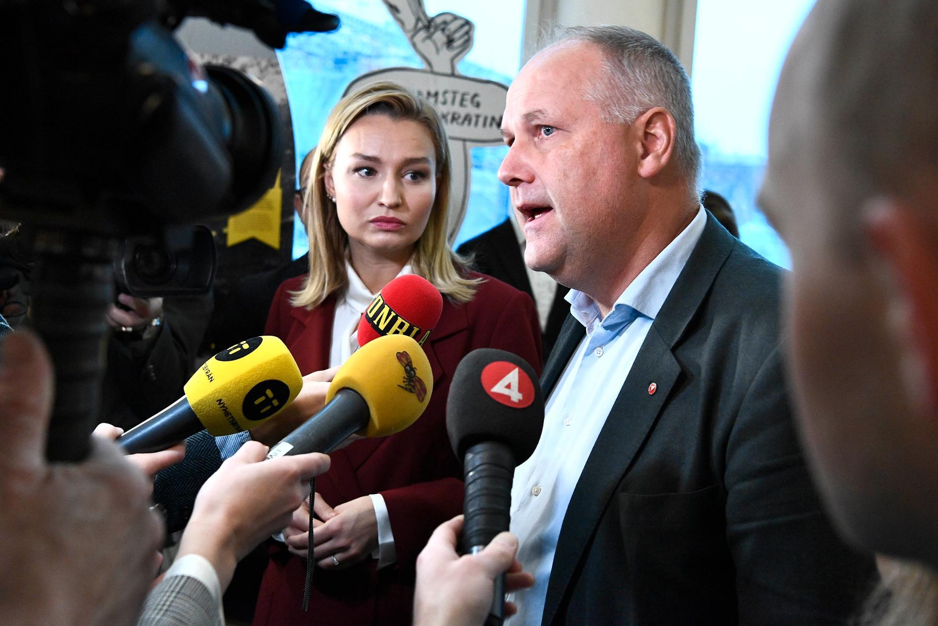 En ohelig allians kan fälla arbetsmarknadsminister Eva Nordmark (S)