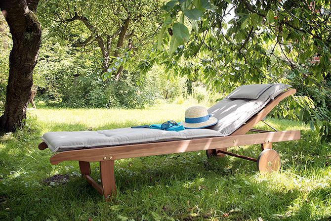 Soffa, madrass eller filt. Att skapa olika små rum i trädgården är enklare än att ha en tom grön jättesal.