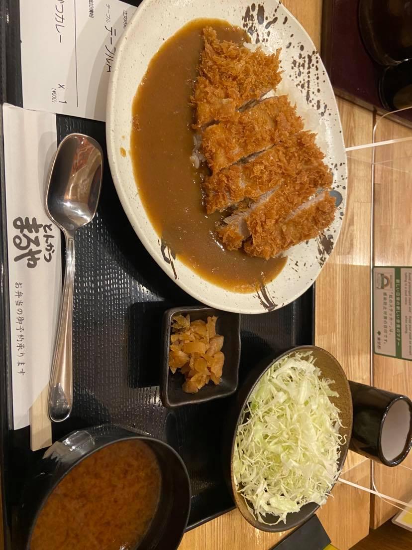 En japansk måltid. Currygryta med tonkastu (panerad fläskkotlett).