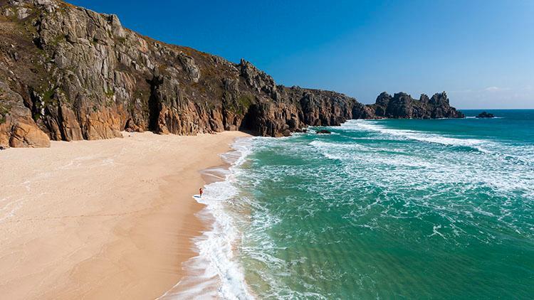 Såhär kan det se ut på Porthcurno beach - en lite lugnare tid.