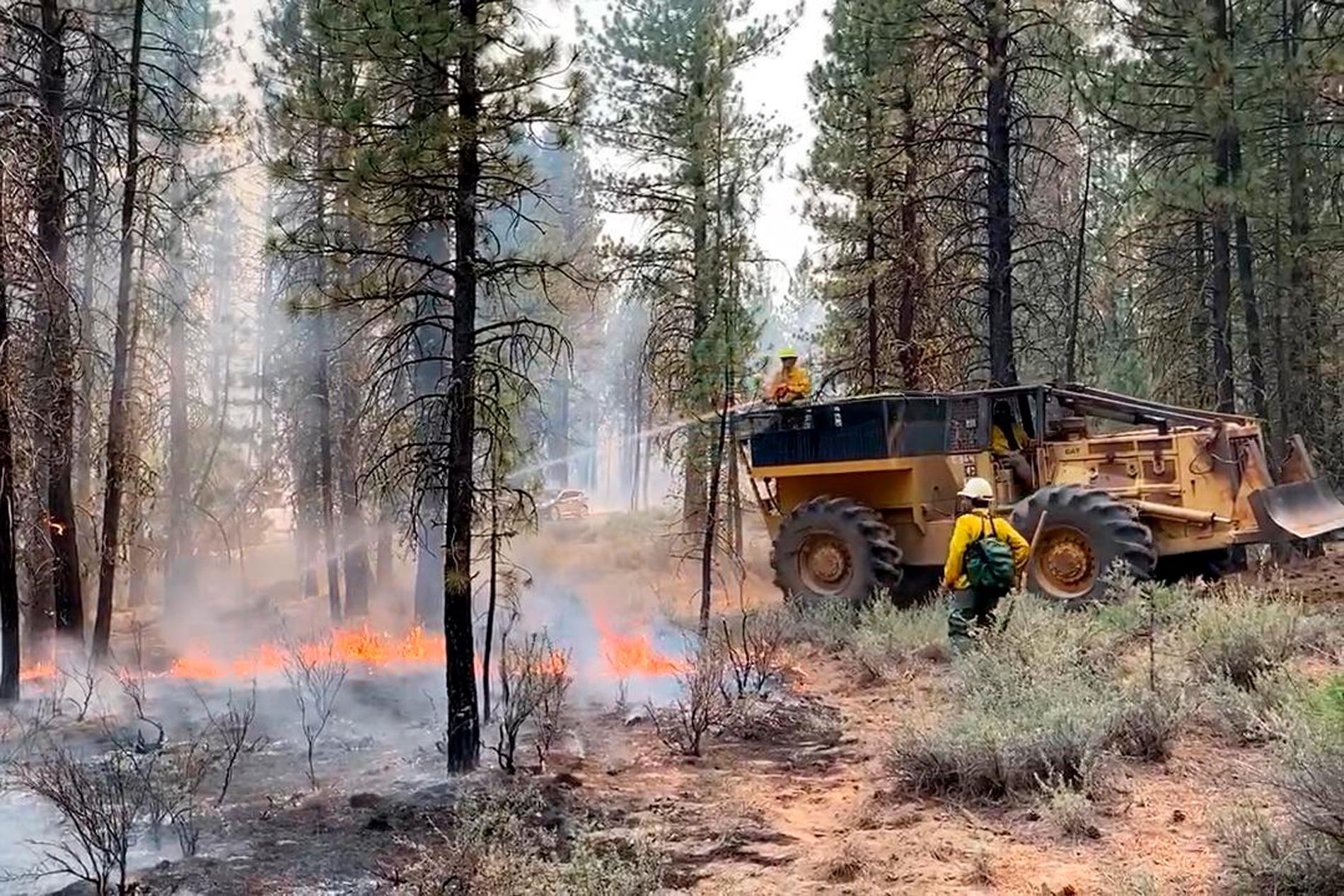 Arbete med att försöka släcka Bootlegbranden i Oregon.