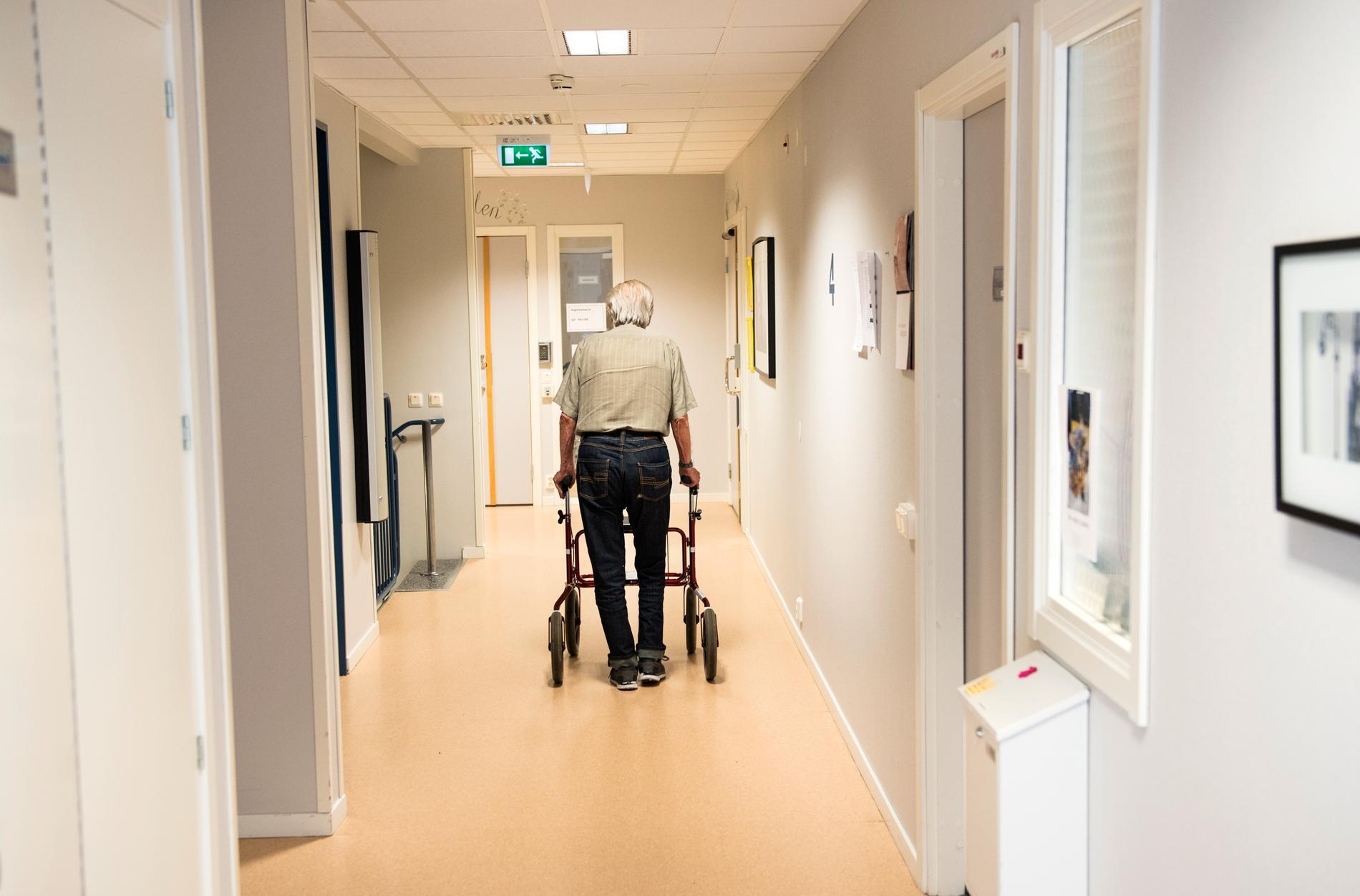 Personal på ett äldreboende missat att en av de boende insjuknat i covid-19.