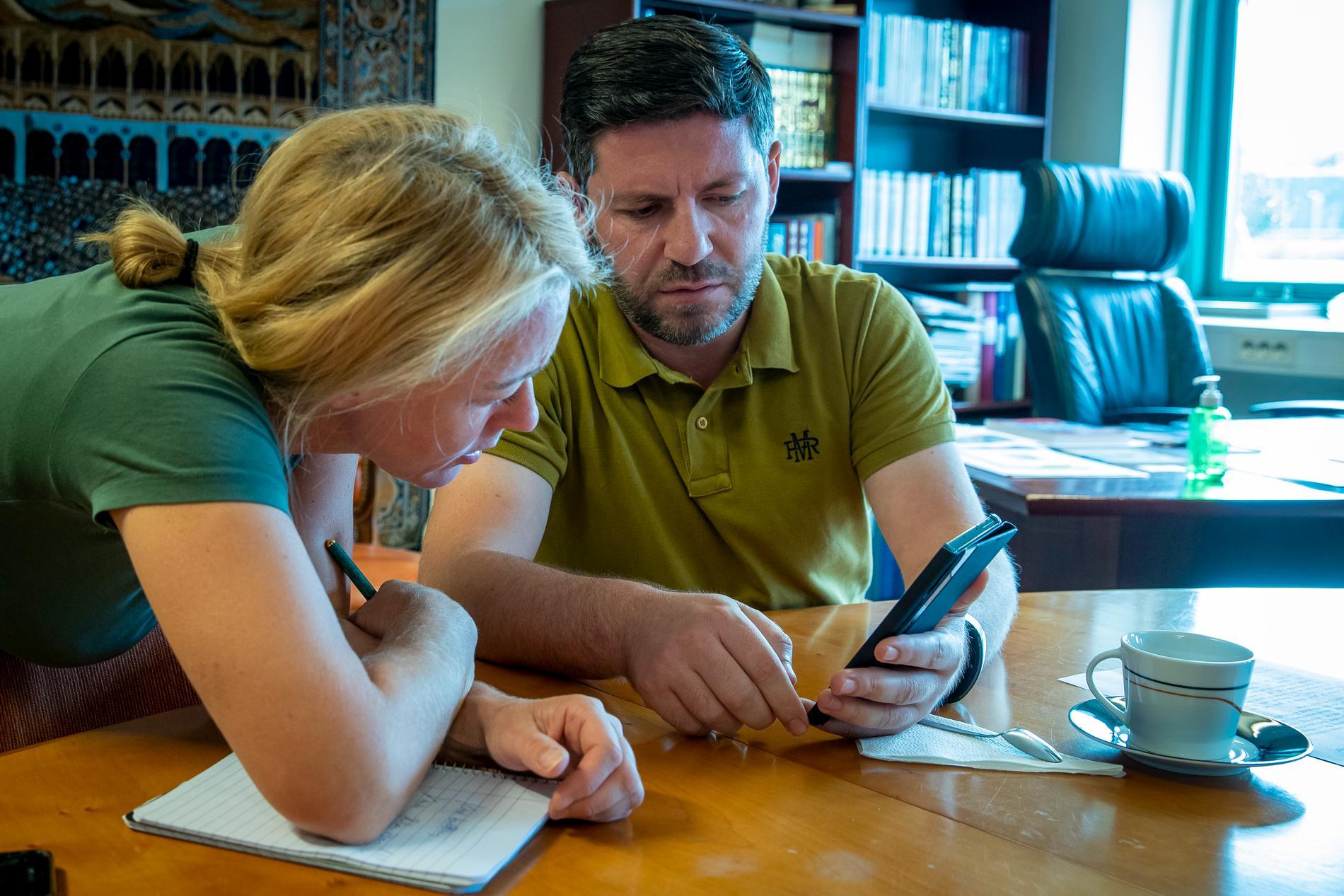 Roland Vishkurti, imam på Islamic center och reporter Susanna Nygren tittar på ett filmklipp från upploppen. Roland Vishkurti är förtvivlad över våldet. Han hoppas att alla religiösa samfund i Malmö kan fortsätta att samarbeta för att förebygga våld och främlingsfientlighet.