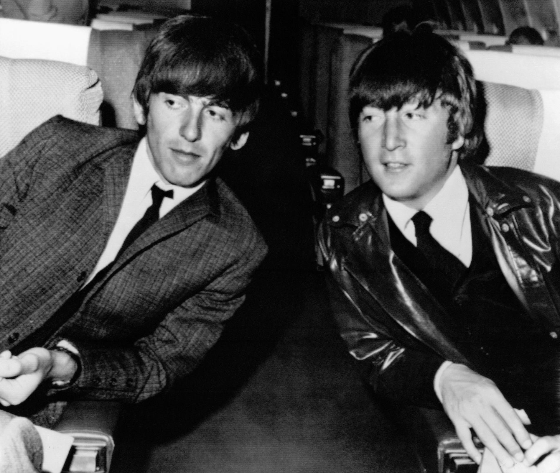 George Harrison och John Lennon från The Beatles, här fotograferade 1964. Arkivbild.