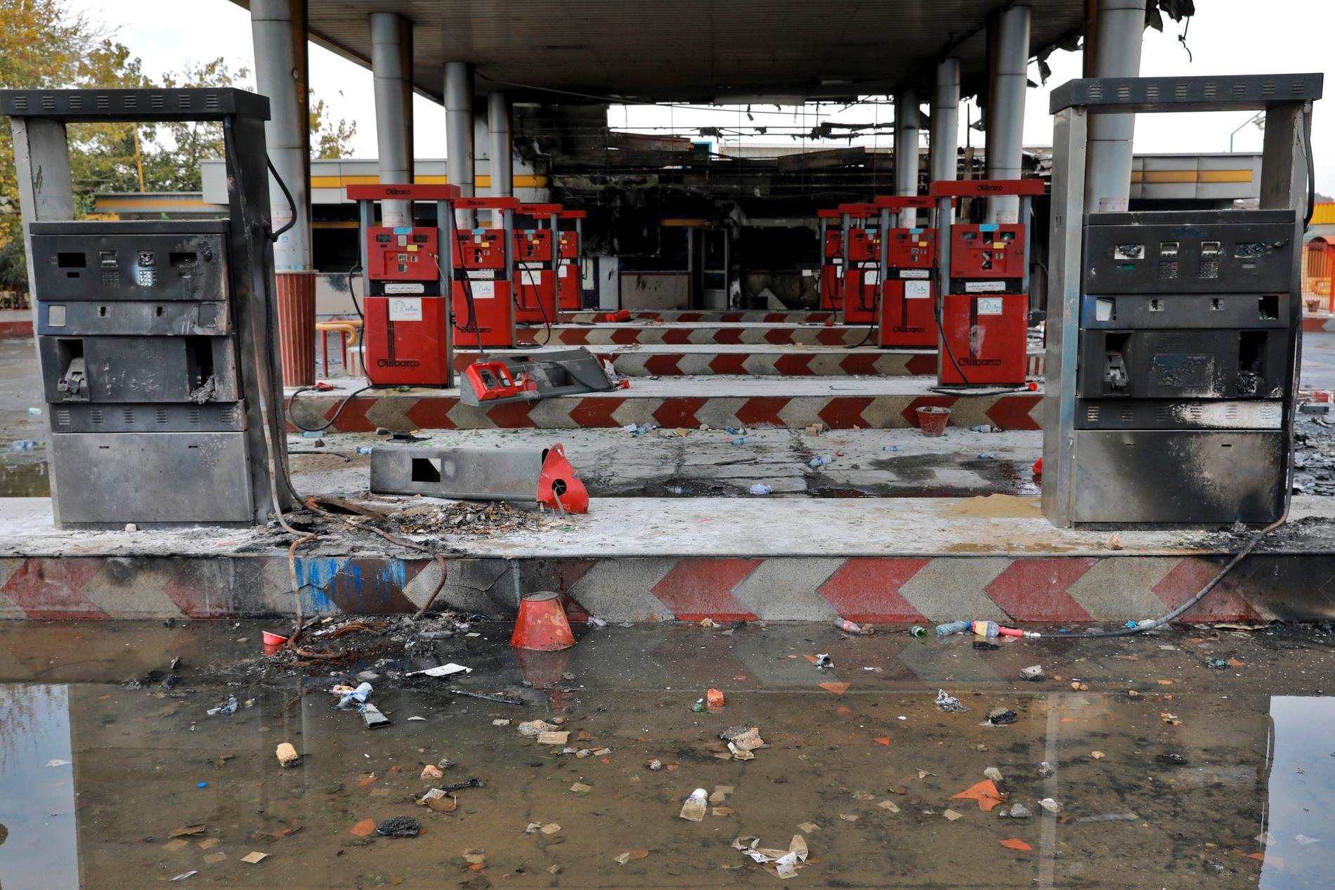 En bensinstation som satts i brand under protesterna i Irans huvudstad Teheran. Arkivbild.