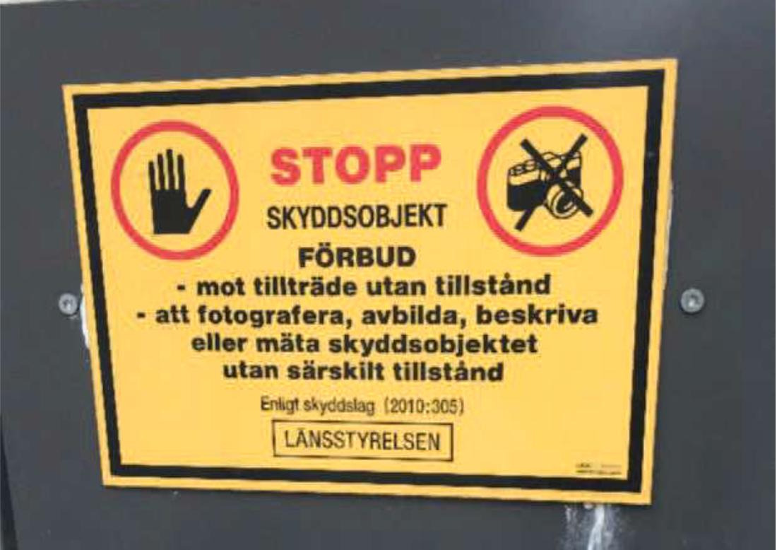 Det finns gott om skyltar utanför Rättscentrum som visar på att det är förbjudet att filma där.