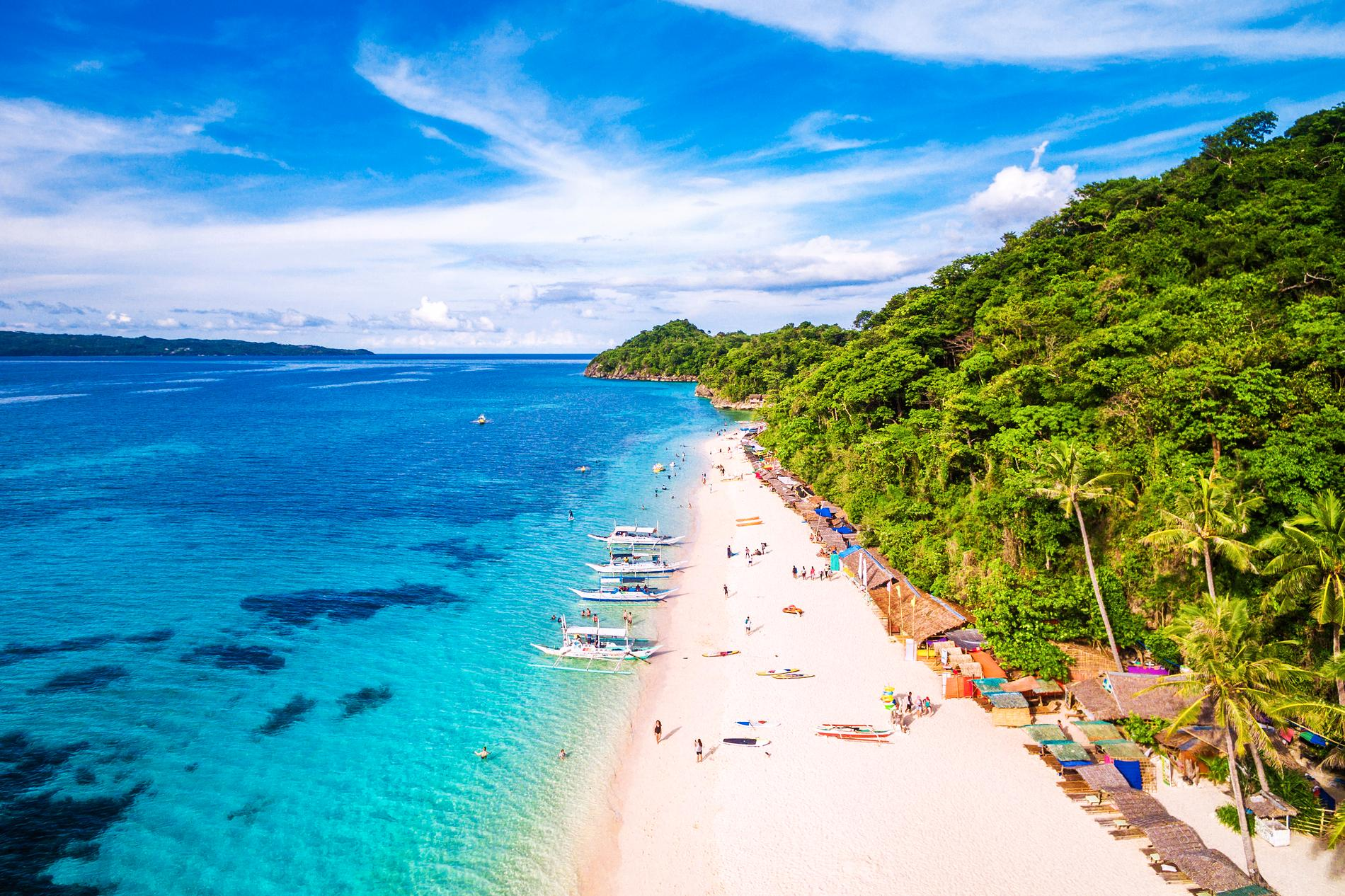 Många turister väljer att resa till Boracay i Filippinerna.